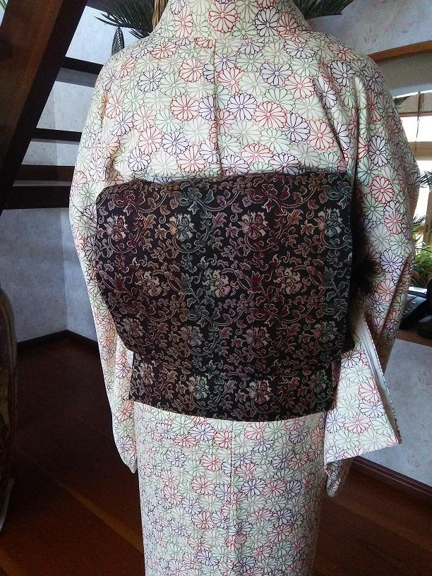 焦げ茶の更紗柄の洒落袋帯のお太鼓のアップ。