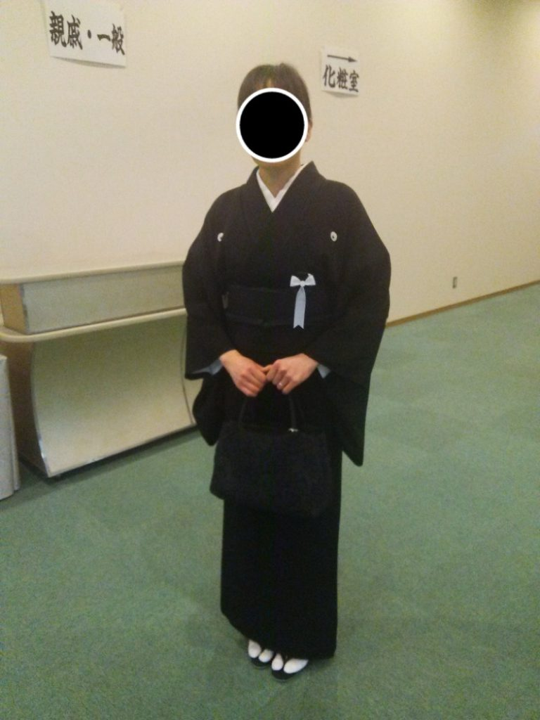 喪服(着物)を着ている女性