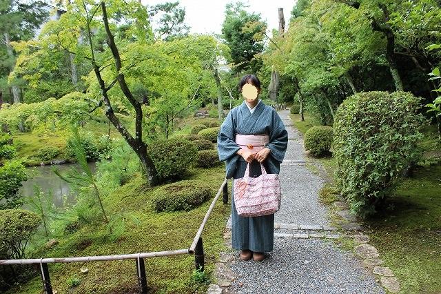等持院の庭園で。着物に借り物のサンダル。