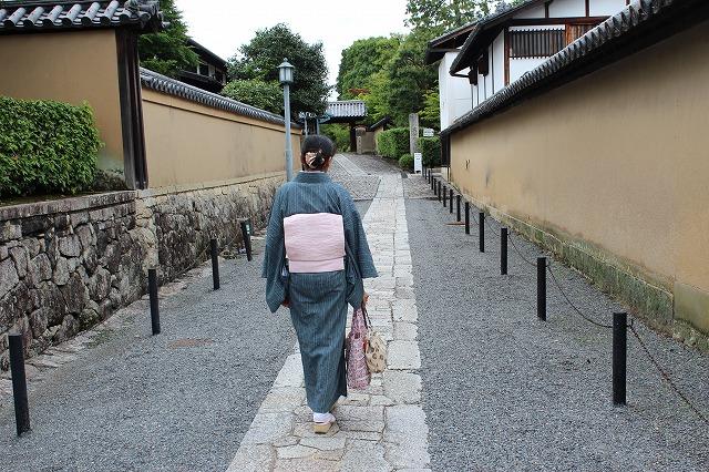京都らしい道を和服で歩くもまた一興。