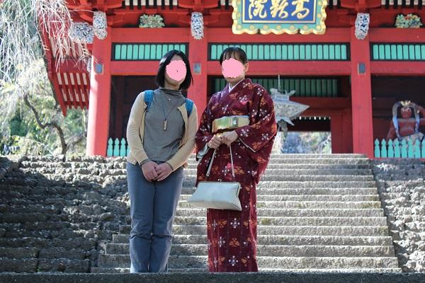 神社の入り口前にて撮影