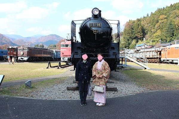 蒸気機関車の前にて撮影
