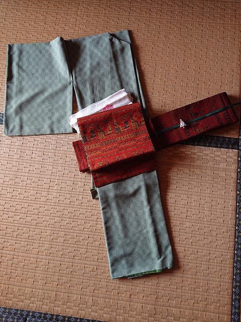 渋抹茶色の着物に赤い帯と緑の帯締め、クリスマスツリーの帯留コーディネート